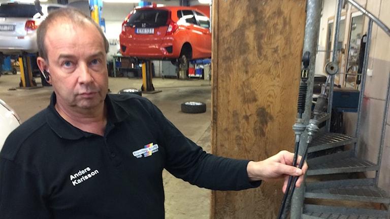 Anders Karlsson på en bilverkstad i Växjö visar upp en musäten kabel.