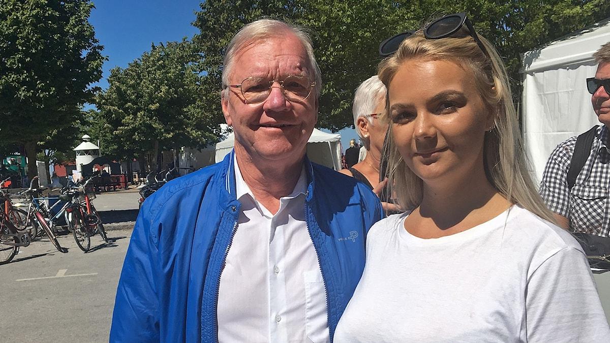 Harald Ullman och Felicia Freedman Skiöld står utomhus på Almedalen och tittar in i kameran.