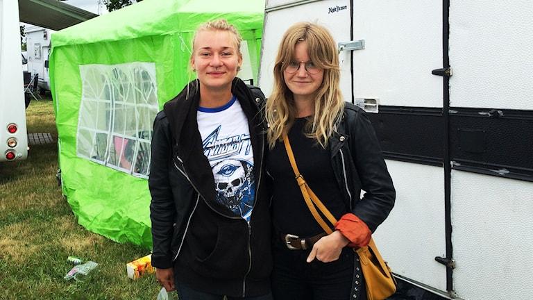 Emma Olofsson och Amanda Sjöholm på Sweden Rock.