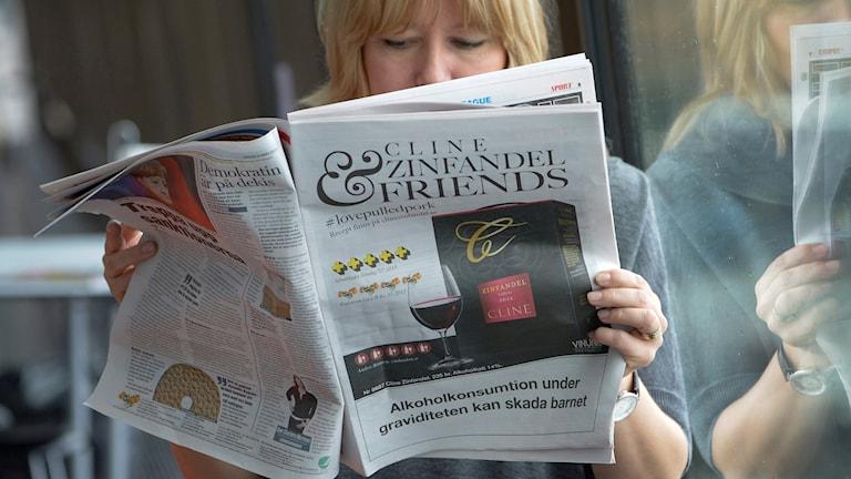 Alkoholreklam i en tidning. Arkivbild.
