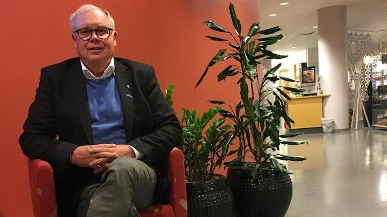 ProLiv Kronobergs ordförande Ronny Lindén sitter på en stol.