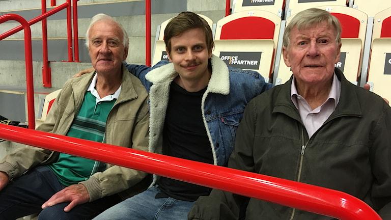 Reportern Jonatan Bergman sitter tillsammans med Jan Kristiansson och Jörgen Andersson.