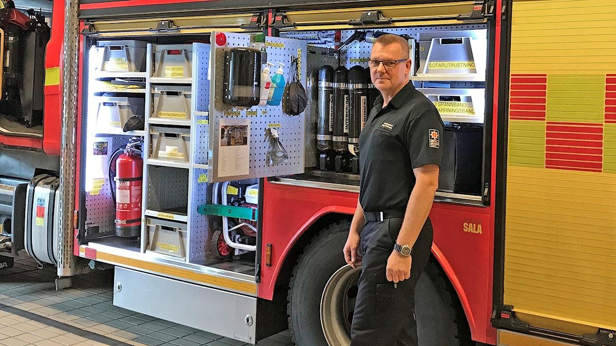 Roger Pettersson står vid en brandbil