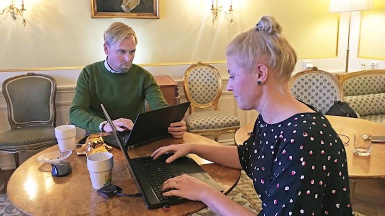 Marcus Sjöholm och Sara Almkvist sitter med sina datorer vid ett bord.