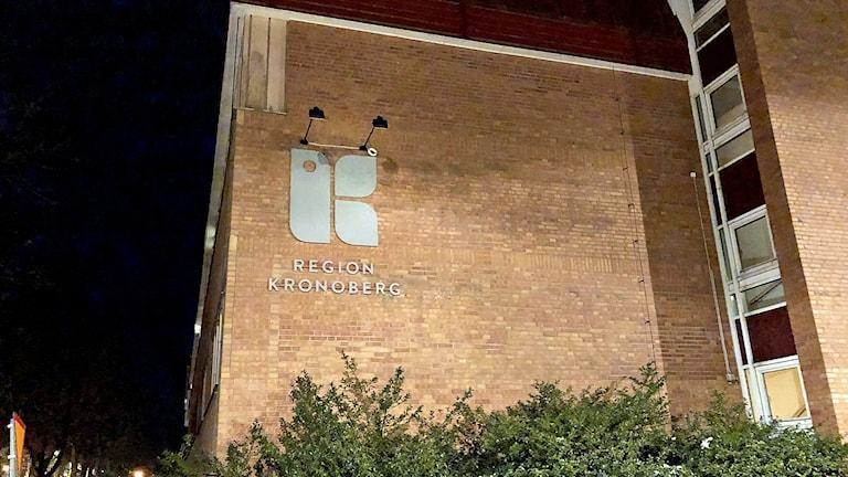 Fasaden på Växjö lasarett kvällstid