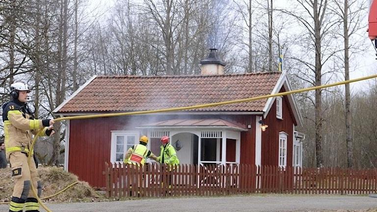 Det brinner i ett hus i Vederslöv utanför Växjö.