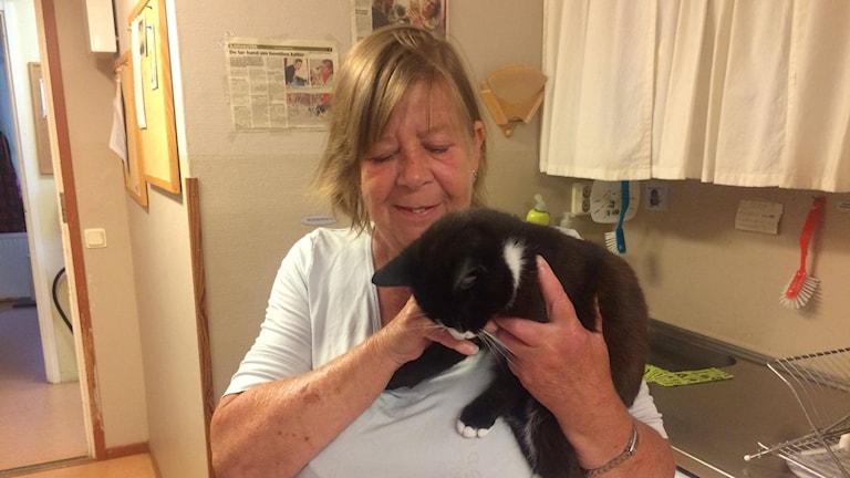 Pia Lindkvist står och håller i en katt.