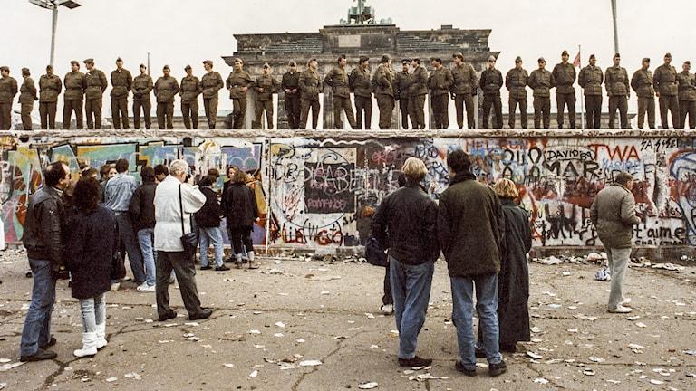 en bild på när berlinmuren faller