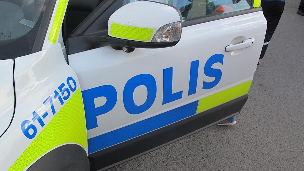 En bild på en dörr på en polisbil.