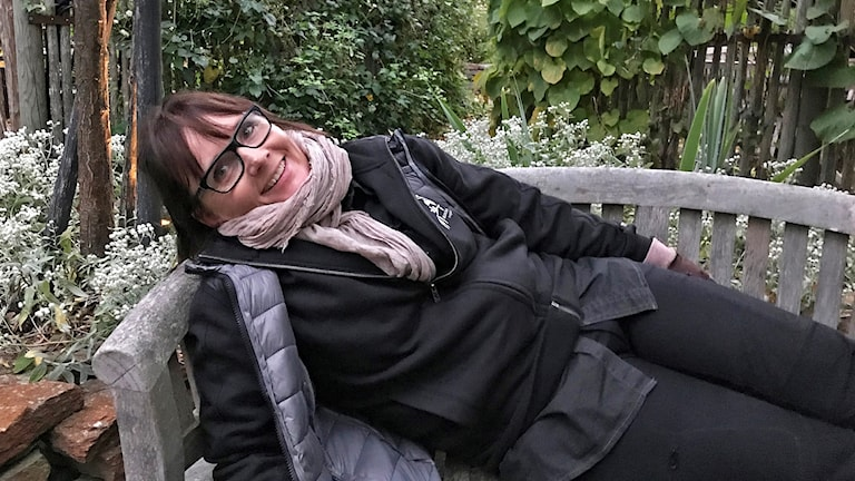 Kerstin Bohlin, trädgårdsinspiratör ligger i en soffa utomhus
