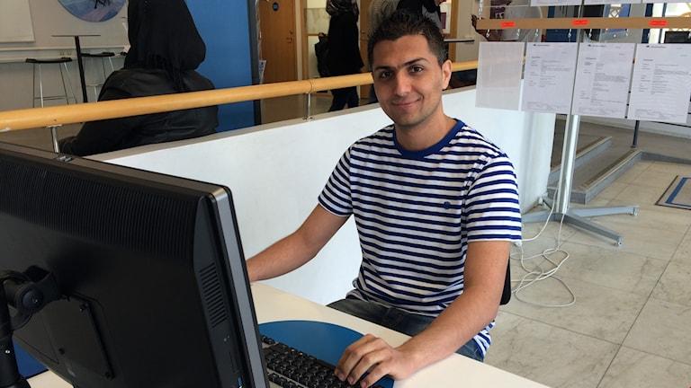 Issam Aljbbah, byggnadsingenjör från Syrien i färd med att söka arbete.