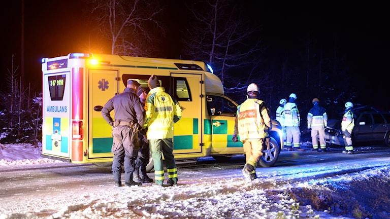 Ambulans och personal från polis och räddningstjänst.