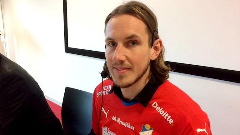 David Johannesson, anfallare Östers IF sitter på en presskonferens