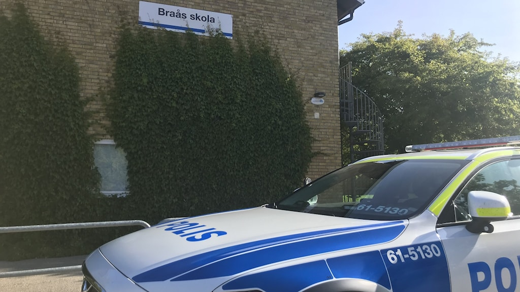 Polisbil framför Braås skola
