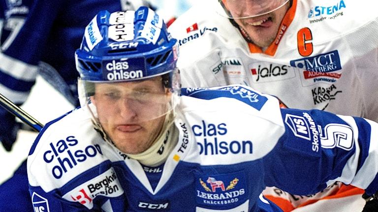 Leksands Ben Youds jagas av Karlskronas Morten Madsen.