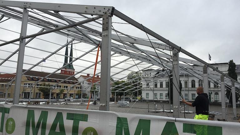 Här ser man stommen av mattältet som håller på att byggas upp på stortorget i Växjö.