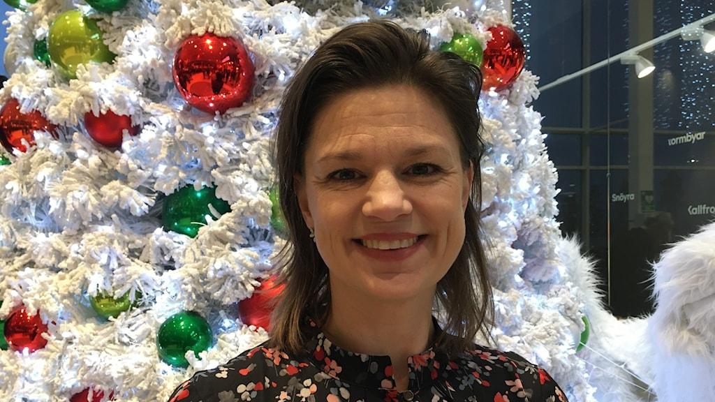 Meg Nömgård framför en julgran.