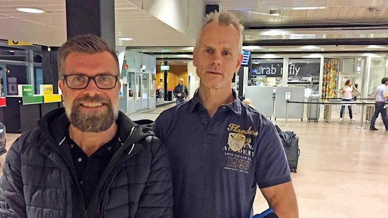 Patrik Perslow och Stefan Eriksson står på Småland airport.