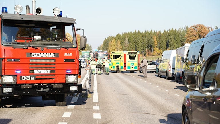 Räddningsfordon och bilköer på vägen.