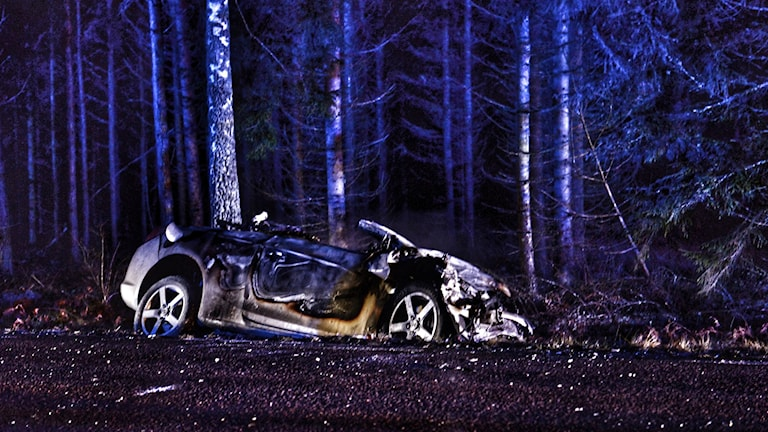 Bil som brunnit, står vid sidan av vägen