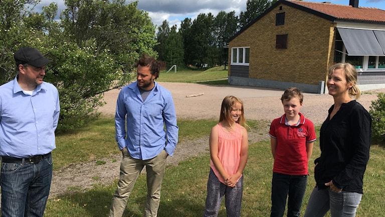 Några av de barn och föräldrar som får gå kvar i Dädösjö skola