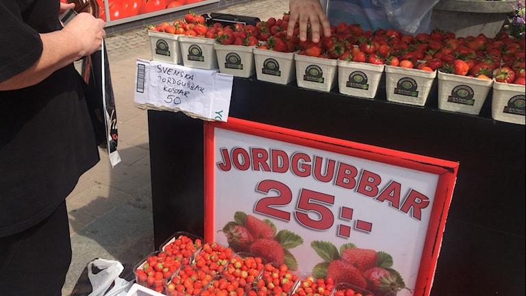 Här säljs både Belgiska och Svenska jordgubbar