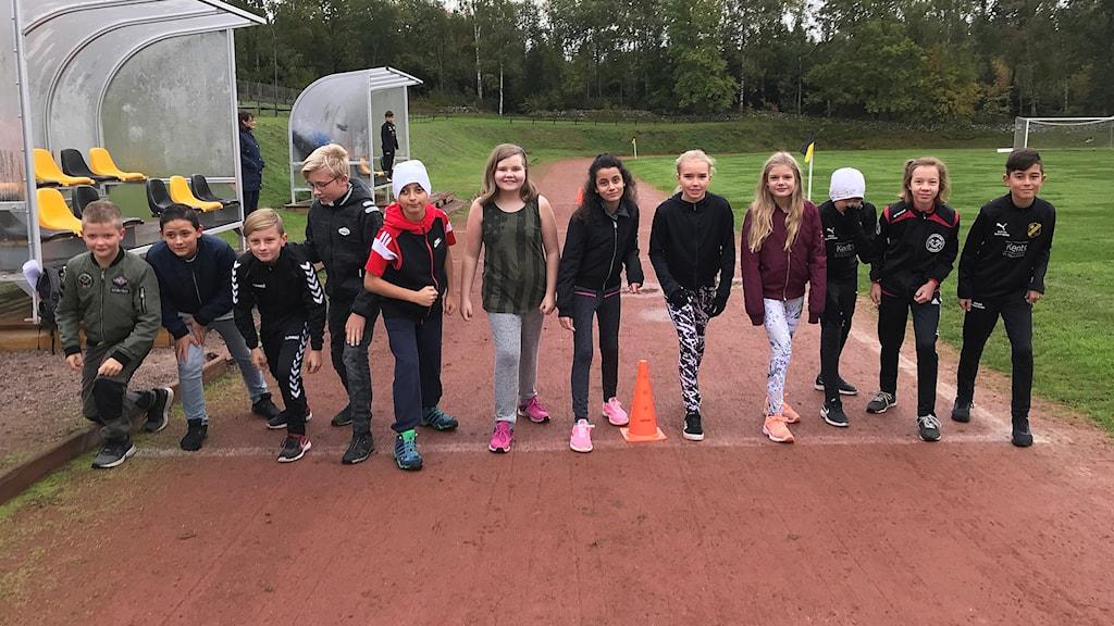 Elever står på en löparbana redo att börja springa