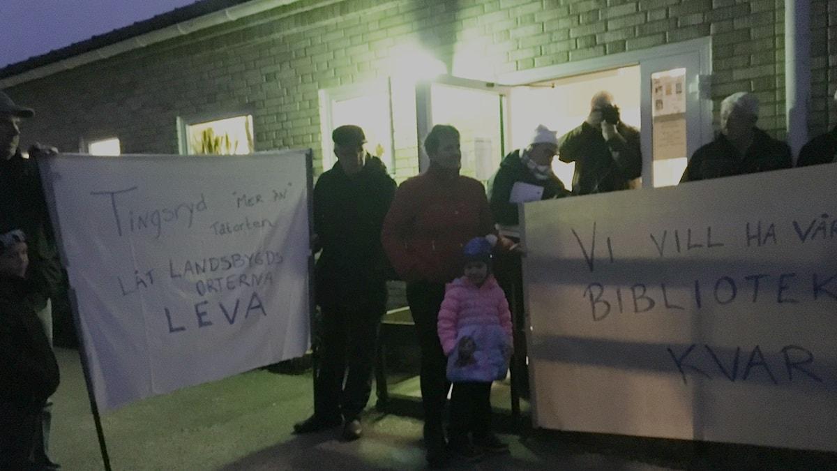 Bybor i Linneryd protesterar mot biblioteksnedläggningen.