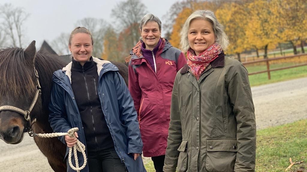 Henny Johansson Sjukgymnast, Birgitta Gunnarsson, forskare vid FoU. Sara Holmberg, överläkare som också är med i forskningen. Hon har gårdenhästen är Byrlur.