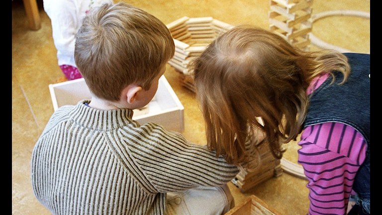 Dagisbarn leker med klossar. Foto: Erik G Svensson / Scanpix
