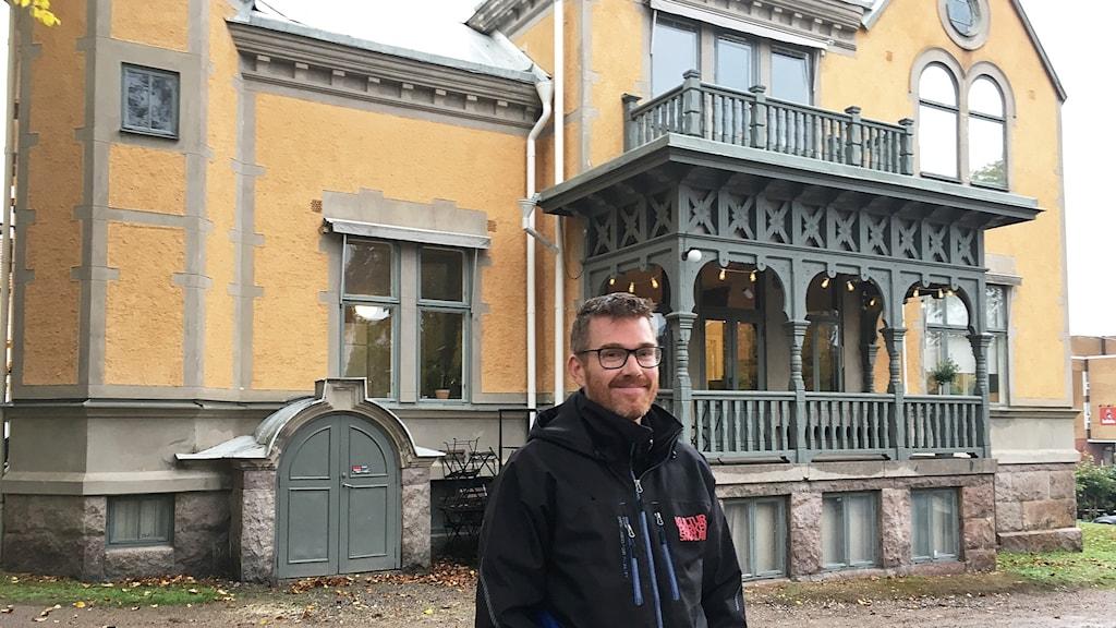 Samuel palmblad  står framför ett gult hus is Växjö