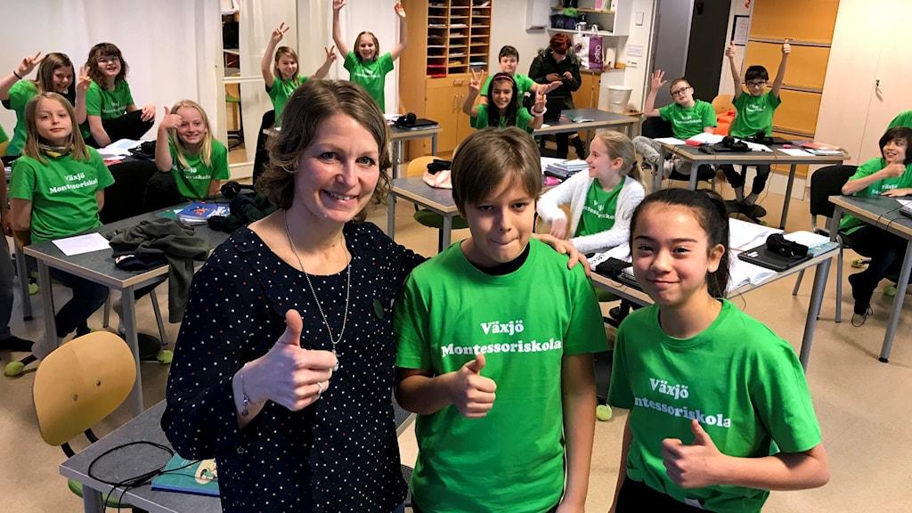 Växjö Montessoriskola 5A med Leif Setting och Maya Pagden i front tillsammans med sin lärare Katarina Cronqvist.