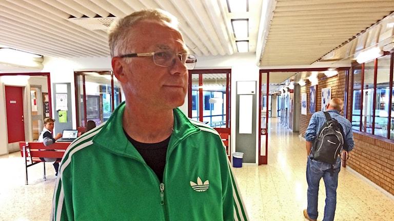 Göran Åhlander, lärare står i grupprummet på Åbyskolan.