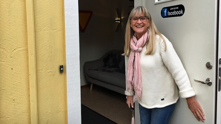 Maggan Aronsson håller upp dörren till trafikskolan
