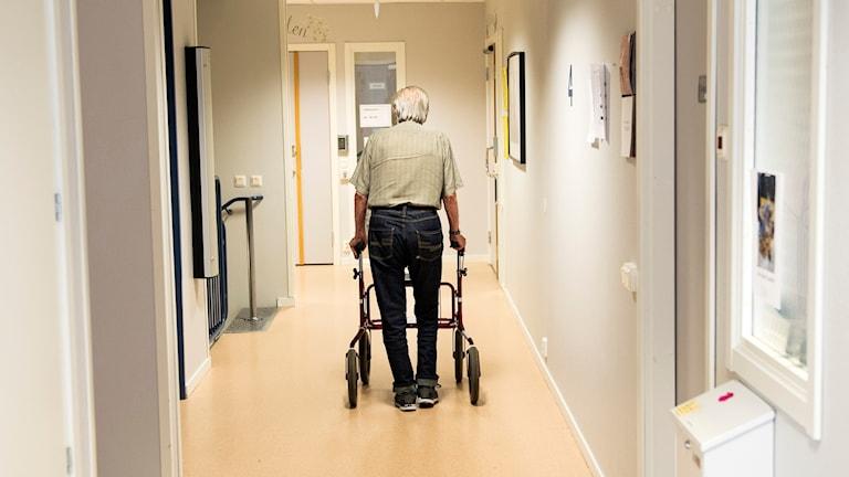 En man med rullator på ett äldreboende.