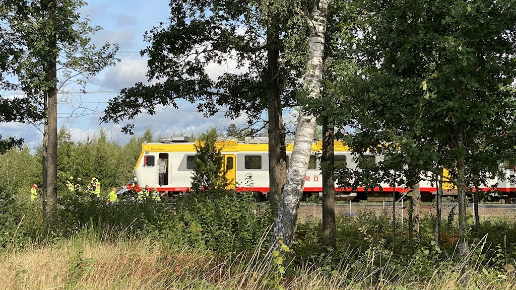 Tåg och räddnignspersonal.
