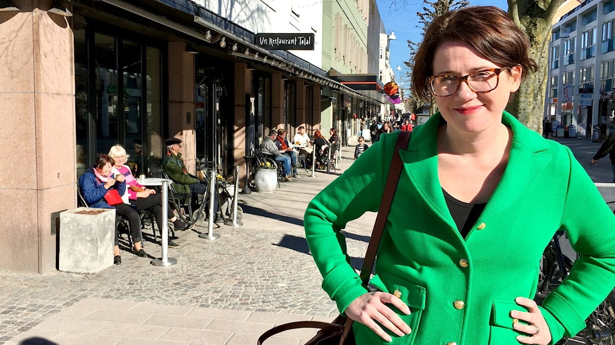 Åsa Karlsson-Björkmarker (s), kommunalråd i Växjö vill ändra reglerna för uteserveringarna. Står på Storgatan i Växjö.