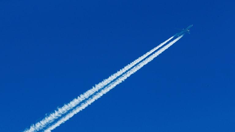 Flygstrimmor på en blå himmel.