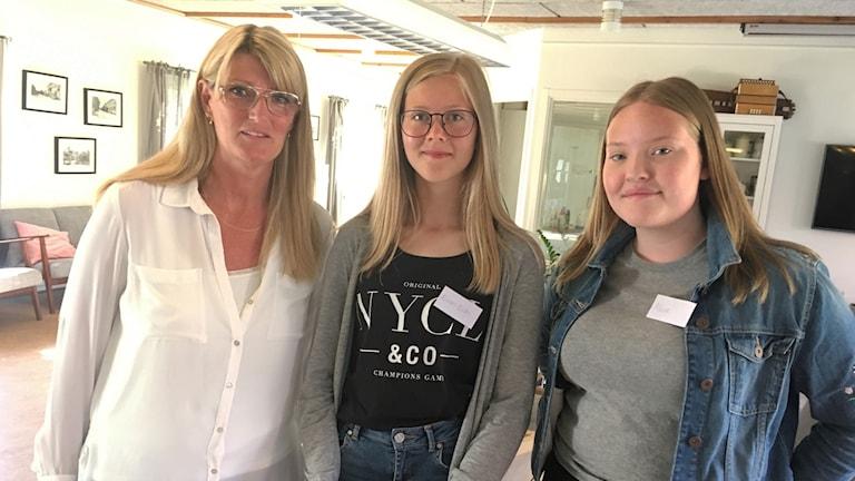 Tre kvinnor. Från vänster: kvinna i blont hår och glasögon, yngre kvinna i blont hår och glasögon och yngre kvinna i mörkblont hår.