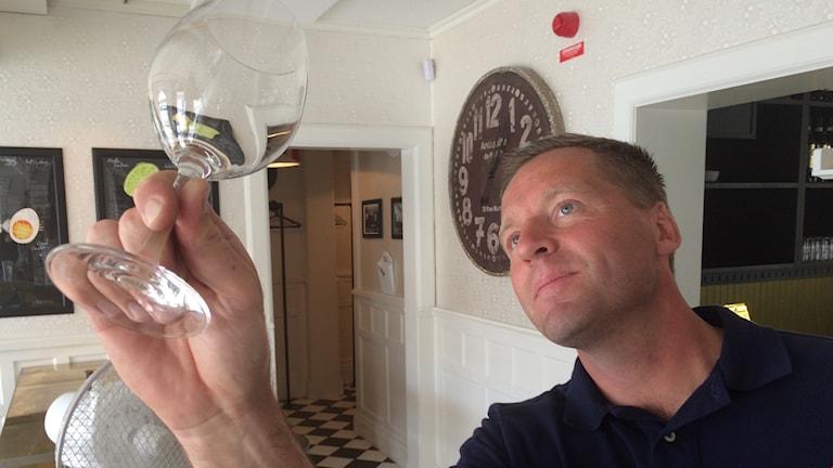 Mats Stjernqvist tittar in i ett nyputsat glas