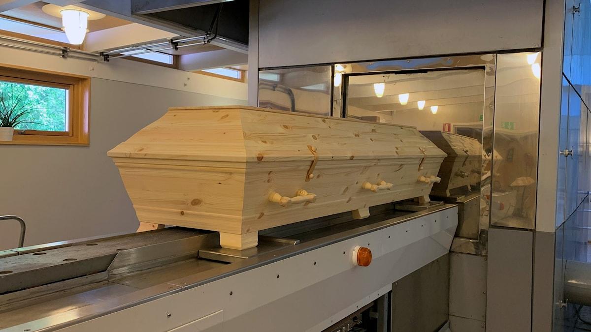 kista på väg in i krematorium