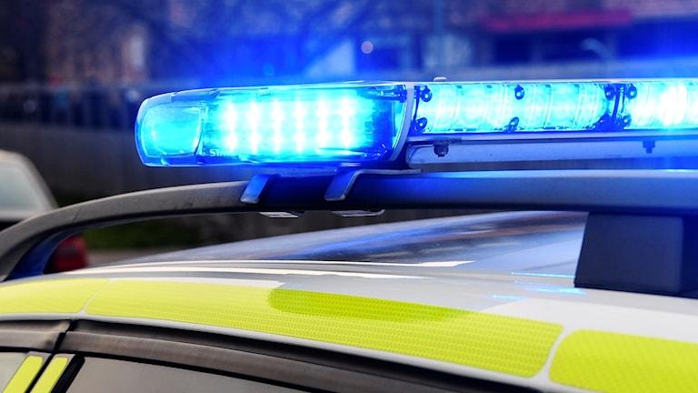 Blåljus på taket på en polisbil.