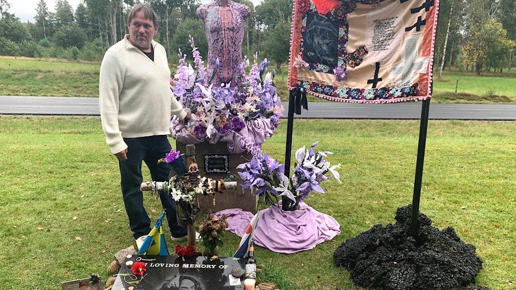 Cliff Burtons grav  Krister Ljungberg som har omsorg för den här minnesplatsen