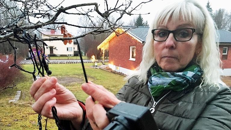Ingela Strand visar kabeln som tjuven klippte av.