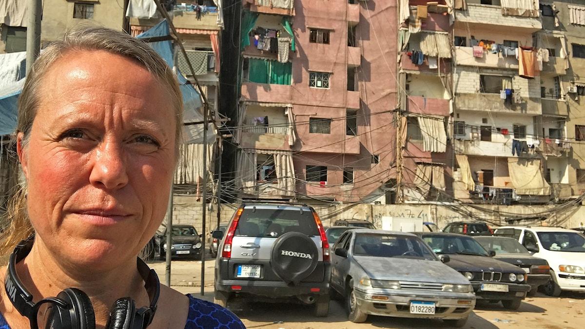 anna Carlsson står vid ett fattigt område i Libanon