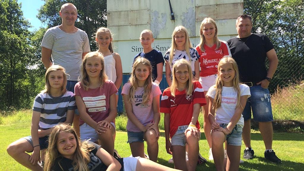 råstorp/timfors flicklagställer upp för lagbild. tio stycken 12-åriga tjejer tillsammans med sina två manliga tränare.