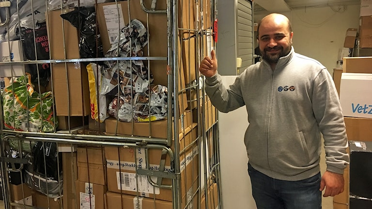 Ali Loai visar upp en postvagn fylld med paket