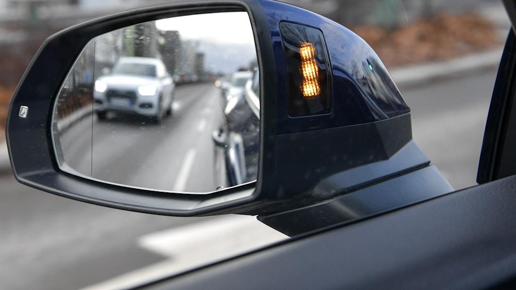 en bil i en backspegel