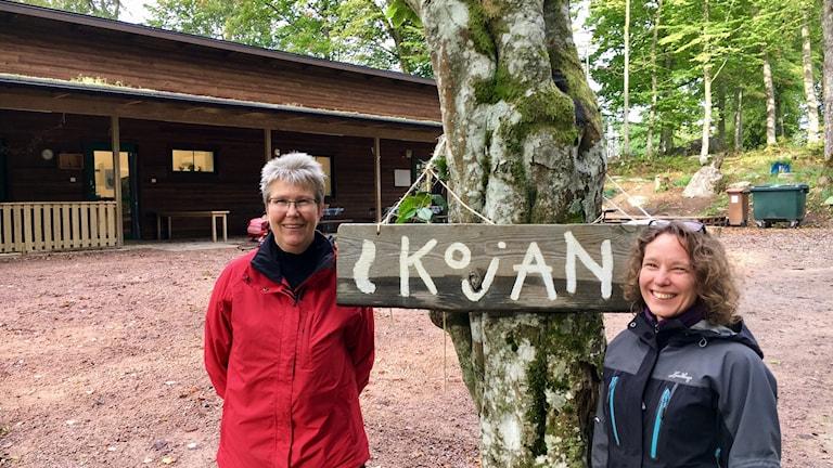 Pedagogen Eva Karlsson och föräldern Lotta Häggström vid Kojans uteförskola.