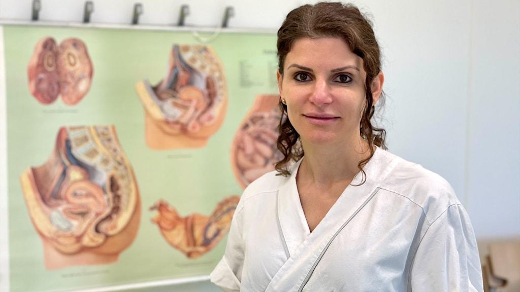 Kvinna framför plansch om förlossningar.